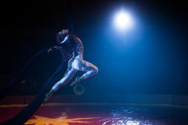 Ana Claudia Talancón es una acróbata de circo en Refugio